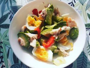 Salata cu somon si ou